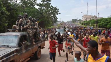 Sute de oameni au salutat îndepărtarea președintelui Guineei