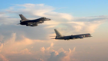 Avioane de luptă taiwaneze urmărind bombardiere chineze în spațiul aerian al Taipeiului