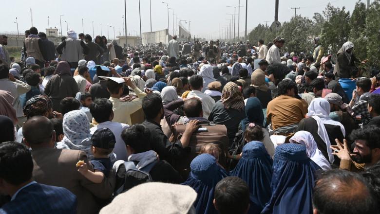Fotografie din 20 august: mii de afgani la porțile aeroportului din Kabul, sperând că vor fi evacuați din Afganistan.