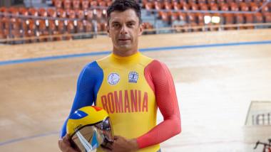 Eduard Novak în costum de ciclist.