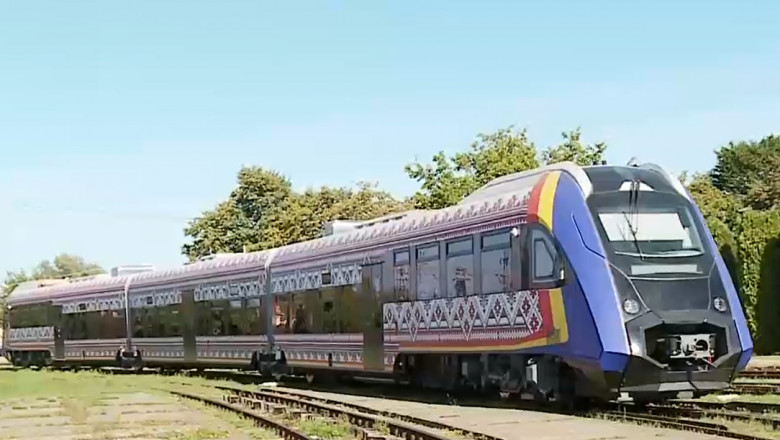 Un tren produs la Pașcani, în județul Iași, este pregătit pentru omologare. imagine de ansamblu cu trenul decorat cu motive populare in timpul testelor