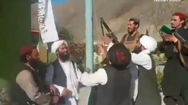 Talibanii au postat imagini cu luptătorii care au ridicat steagul taliban în fața biroului guvernatorului provinciei Panjshir