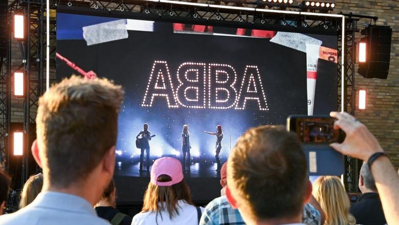 fani prezenti la evenimentul prin care abba anunta un nou album si un concert cu holograme