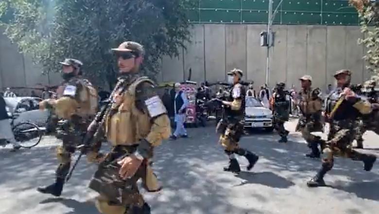 protest kabul soldați înarmați fug pe străzi