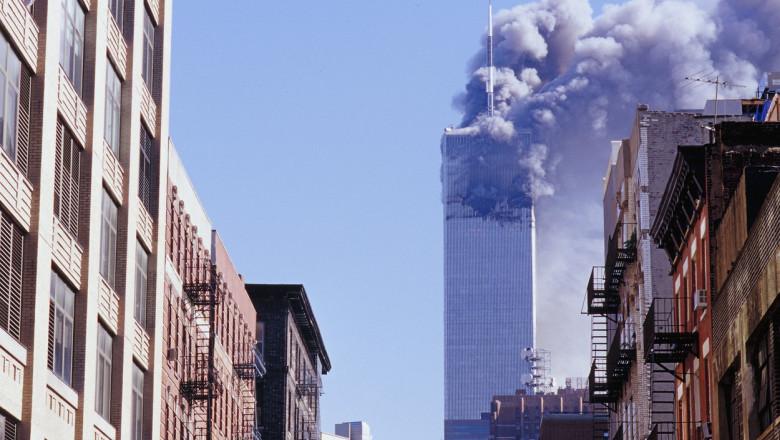 Momentul atacurilor de la 11 septembrie, unul dintre turnurile gemene fumegă după ce a fost lovit de aeronavă
