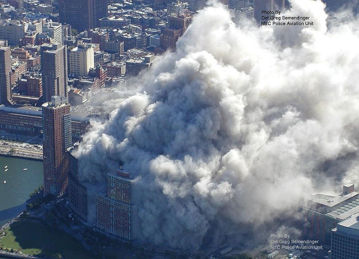 Fotografie din aer cu norul de praf rezultat din prăbușirea turnurilor gemene în 11 septembrie 2001