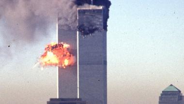 Al doilea avion lovește celălalt turn în timpul atcurilor teroriste de la 11 septembrie