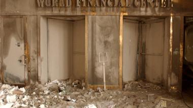 Zid ars și moloz, gravat cu textul World Trade Center