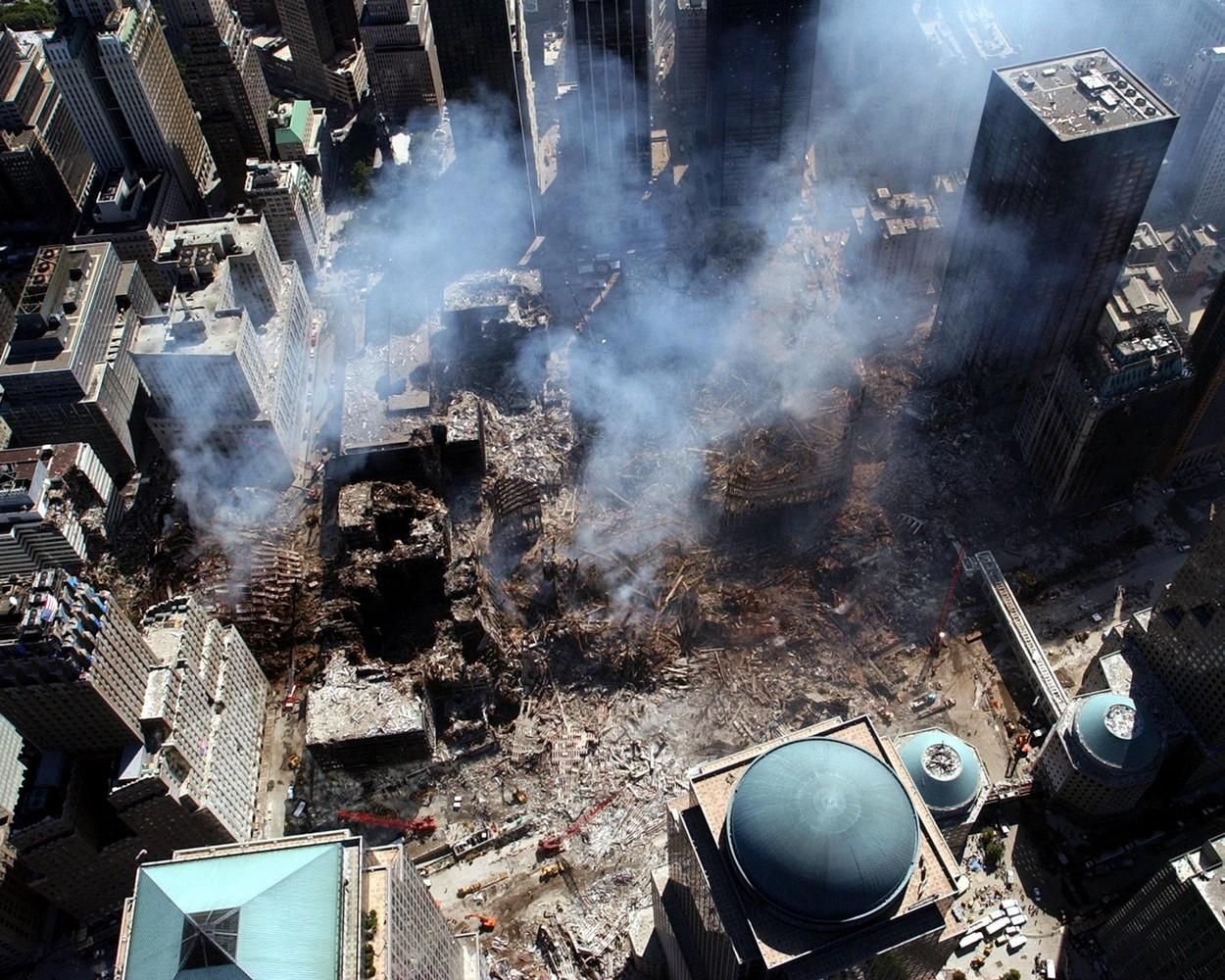 rămășițele fumegânde ale turnurilor gemene într-o fotografie făcută din aer