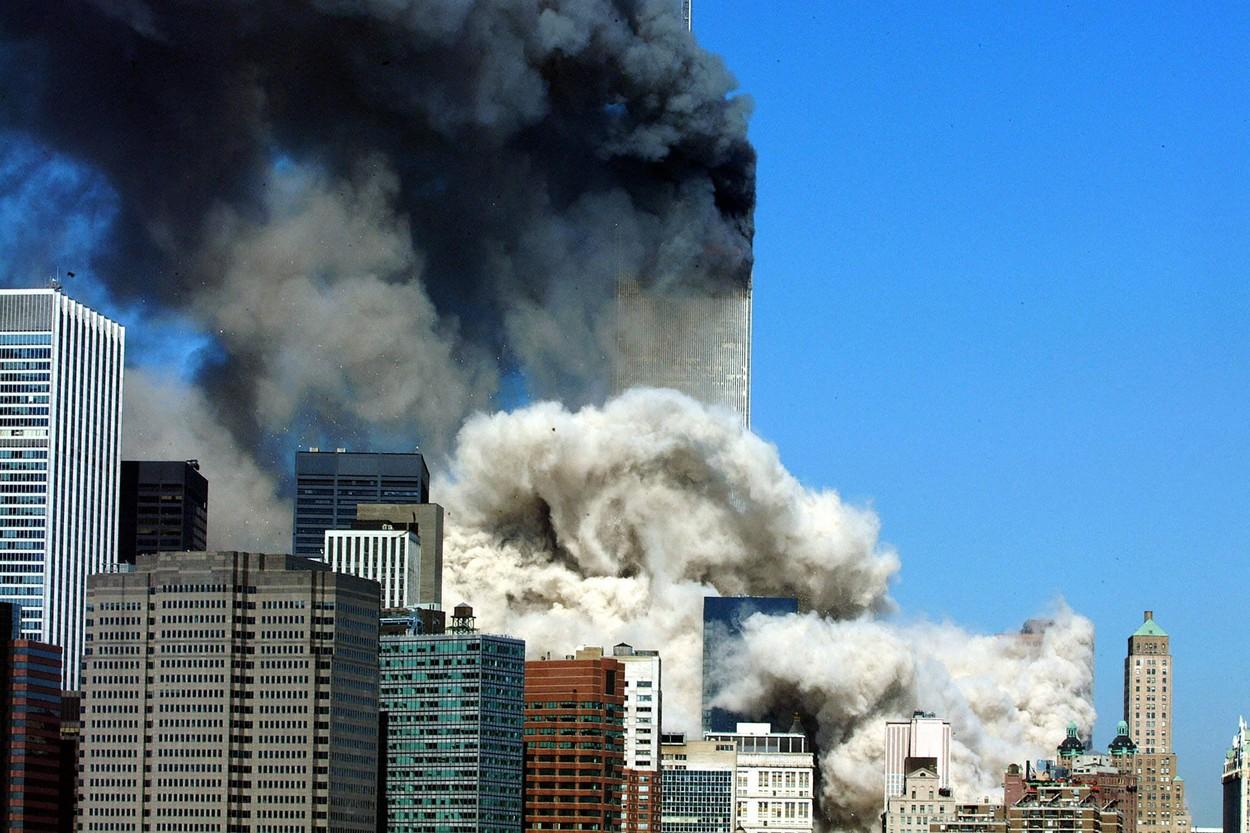 Fum negru este degajat din turnul rămas în picioare după atacurile teroriste de pe 11 septembrie 2001