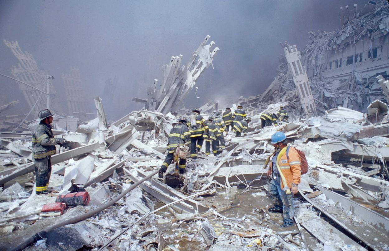 Moloz și distrugeri după prăbușirea turnurilor gemene