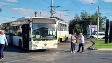 Autobuz lovit de tramvai.