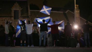 Oameni cu steaguri ale Scoției.