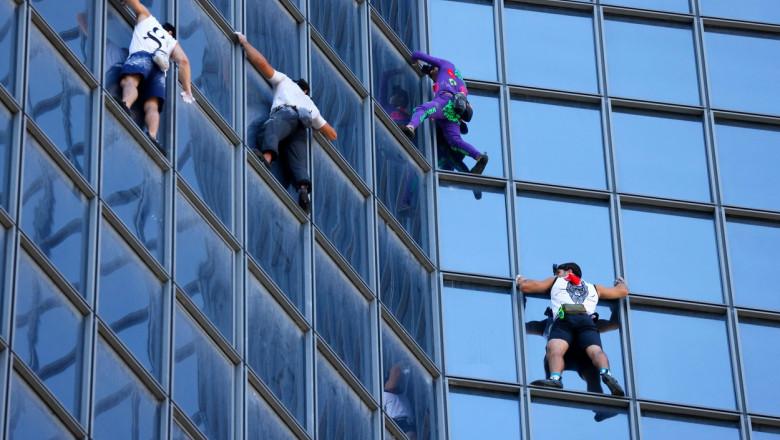 """Alain Robert, """"Omul Păianjen"""" francez se cațără împreună cu alți trei bărbați pe un turn din Franța"""