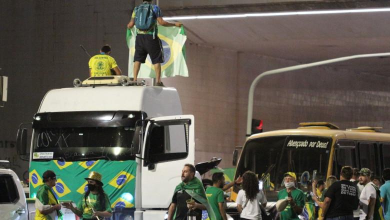 Șoferi de tir, susținători ai lui Bolsonaro, blochează o autostradă