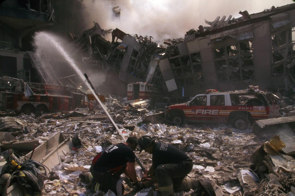 Pompieri la intervenția de urgență de la turnurile gemene în 11 septembrie 2001