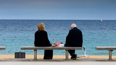 pensionari pe o banca pe plaja