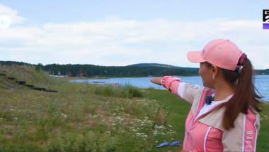 o femeie arata cu cat a scazut apa unui lac