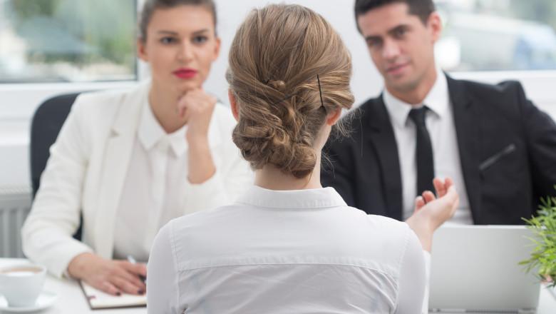 tanara care da un interviu pentru obtinerea unei slujbe