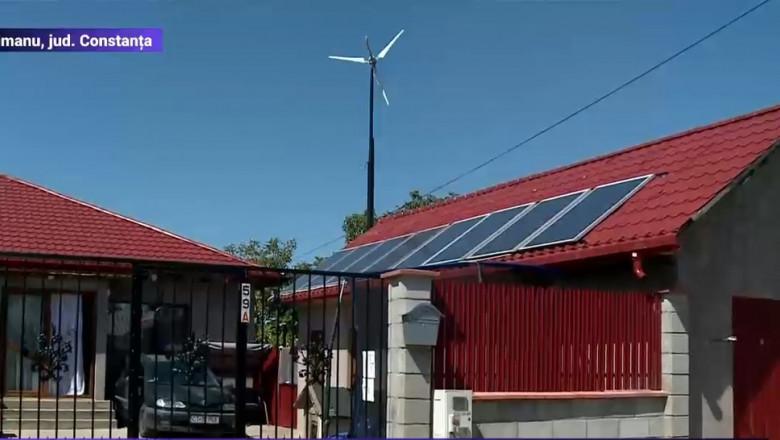 casa cu turbina eoliana si panouri fotovoltaice