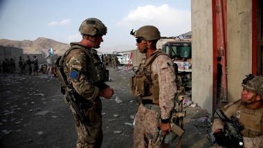 Imagine din 22 august 2021 cu dialogul dintre un soldat britanic și un membru al Forțelor Armate SUA, în timpul misiunii de evacuare de pe Aeroportul Internațional din Kabul.