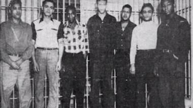 fotografie alb negru cu cei șapte bărbați de culoare care au fost condamnați