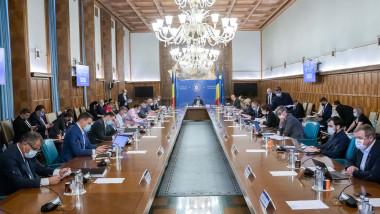 ministrii si premierul florin citu la masa sedintei de guvern