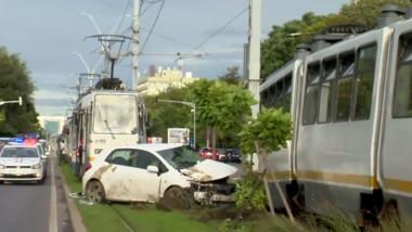 Mașină lovită de tramvai.