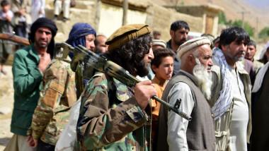 bărbați cu turbane purtând puști de război în Afganistan