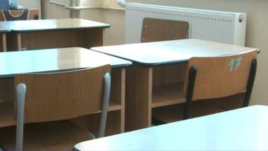 Bănci goale într-o sală de clasă.