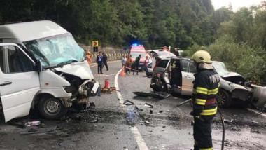Mașini distruse după un accident.