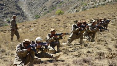 Luptători anti-talibani cu puști în mână în Valea Panjshir
