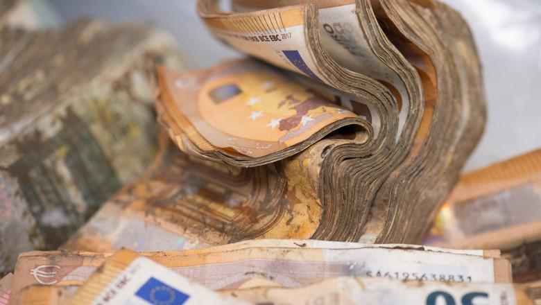 bancnote euro ude teanc imbibat cu apa