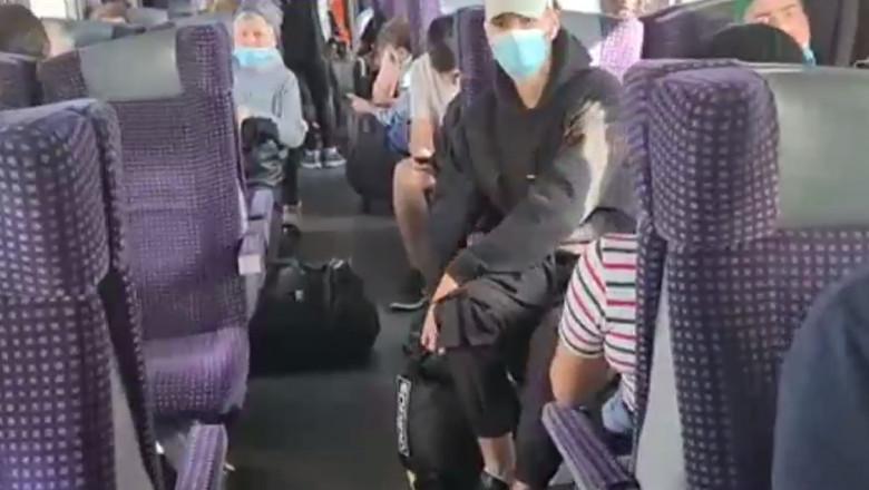 Oameni într-un tren defect.