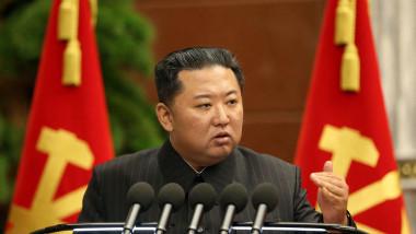 Kim Jong-un, în timp ce vorbește la a treia ședință extinsă a Biroului politic al celui de-al 8-lea Comitet Central al Partidului Muncitoresc Coreean din 2 septembrie 2021.
