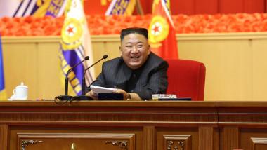 Kim Jong-un râde la o ședință a partidului
