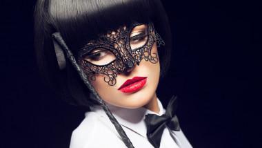 femeie cu mască neagră