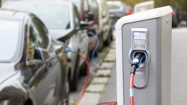 masini asteptand la o statie de incarcare electrica