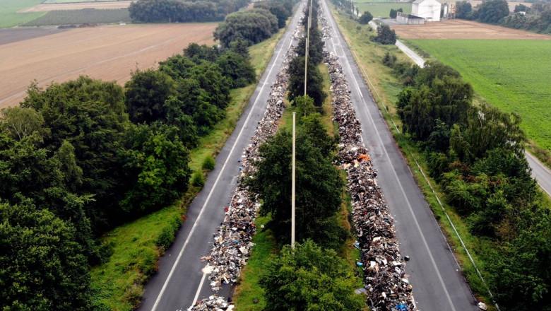 Imagine aeriană cu deșeuri pe o autostradă din Belgia.
