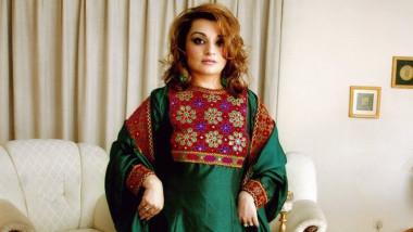 femeie in afganistan purtand haine traditionale