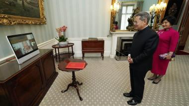 Zheng Zeguang în timpul unei audiențe prin videoconferință cu regina Elisabeta.