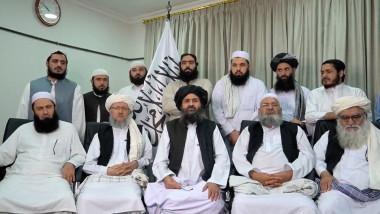 Abdul Ghani Baradar (centru, jos) inconjurat de lideri talibani