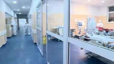 Medici și pacienți într-un spital COVID