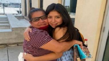 mama si fiica se strang în brațe