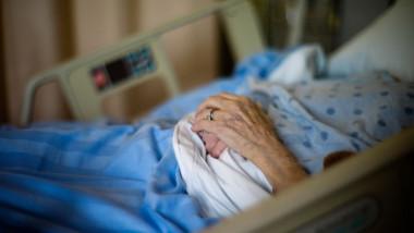 Bătrână pe un pat de spital.