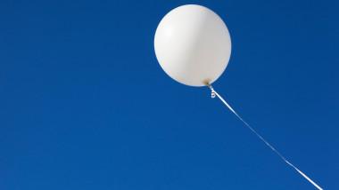 baon alb care plutește în aer