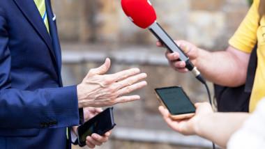 junalsti cu microfon si mobil vorbsc cu sursa