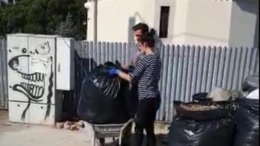 oameni care arunca gunoiul langa o biserica