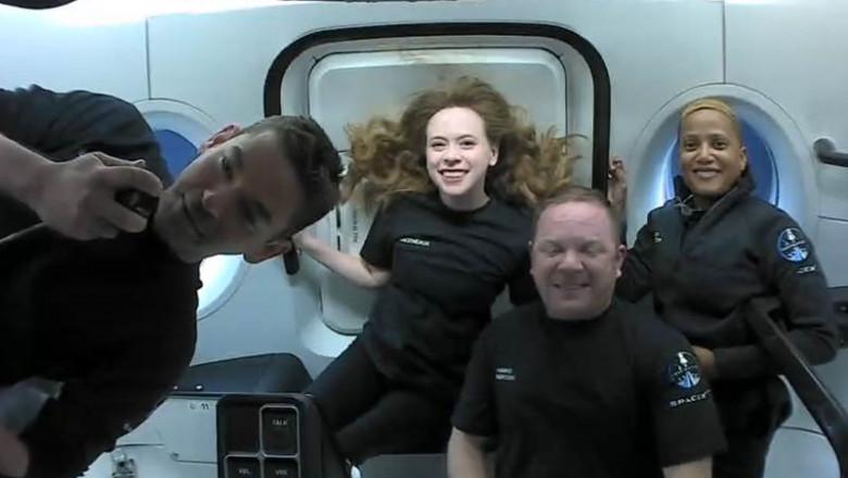 Echipajul misiunii Inspiration 4, care este format din Jared Isaacman, Chris Sembroski, Dr. Sian Proctor și Hayley Arceneaux, în timp ce se află la bordul capsulei SpaceX, orbitând în jurul Pământului.