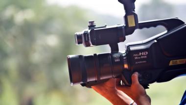 o mana care tine o camera de filmare profesionala